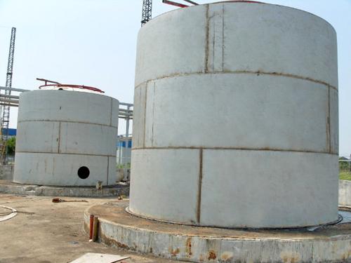 2,立式圆筒形浮顶钢油罐.设有能上下浮动的双盘式浮顶或单盘式浮顶.